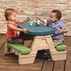 Εικόνα της Πλαστικό τραπέζι με ενσωματωμένα παγκάκια.